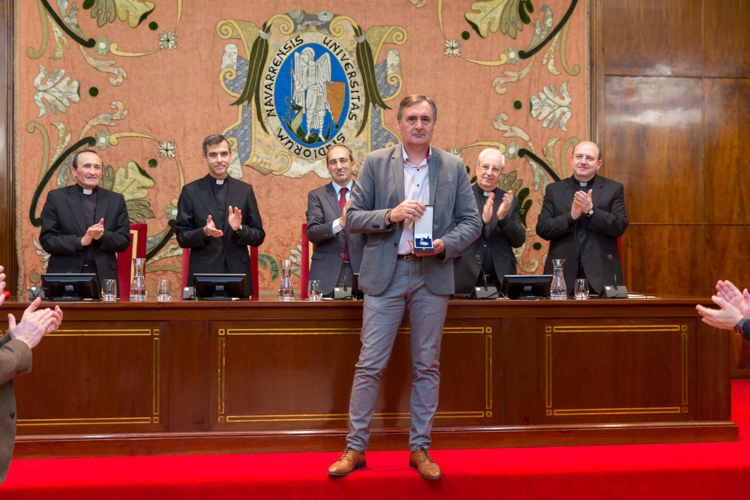Diego Gil Tamayo recoge la Medalla de Plata © Universidad de Navarra