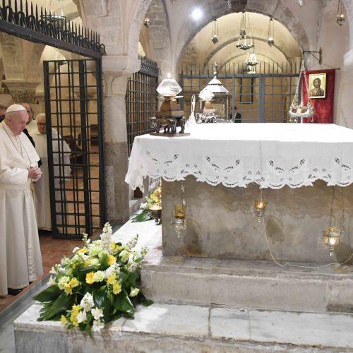 Le pape prie devant la tombe de st Nicolas de Bari, 23 février 2020 © Vatican Media
